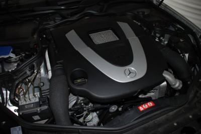 Blick in den Motorraum des umgebauten CLS